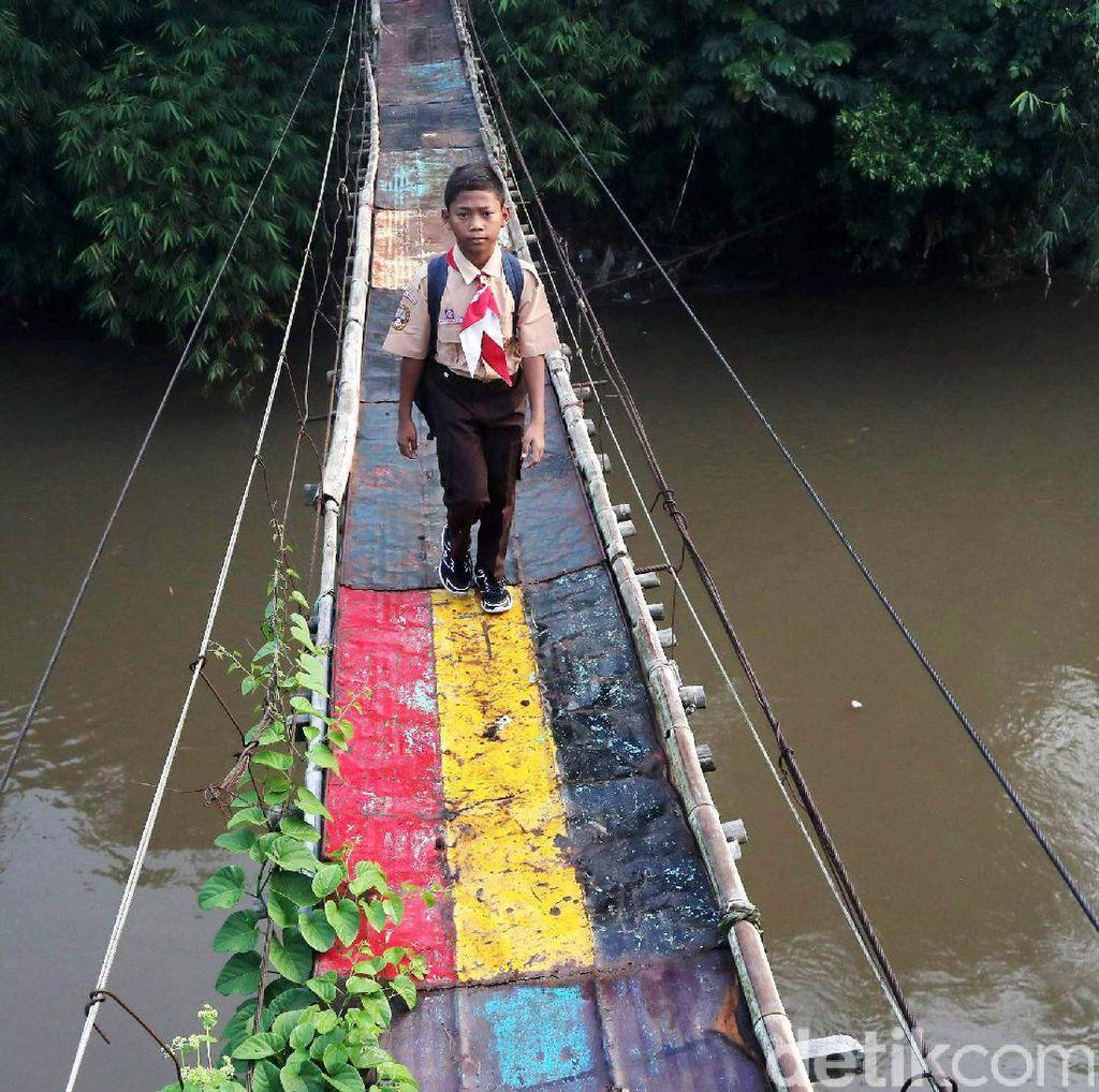 Tetap Semangat Sekolah Meski Lewat Jembatan Gantung yang Mengerikan