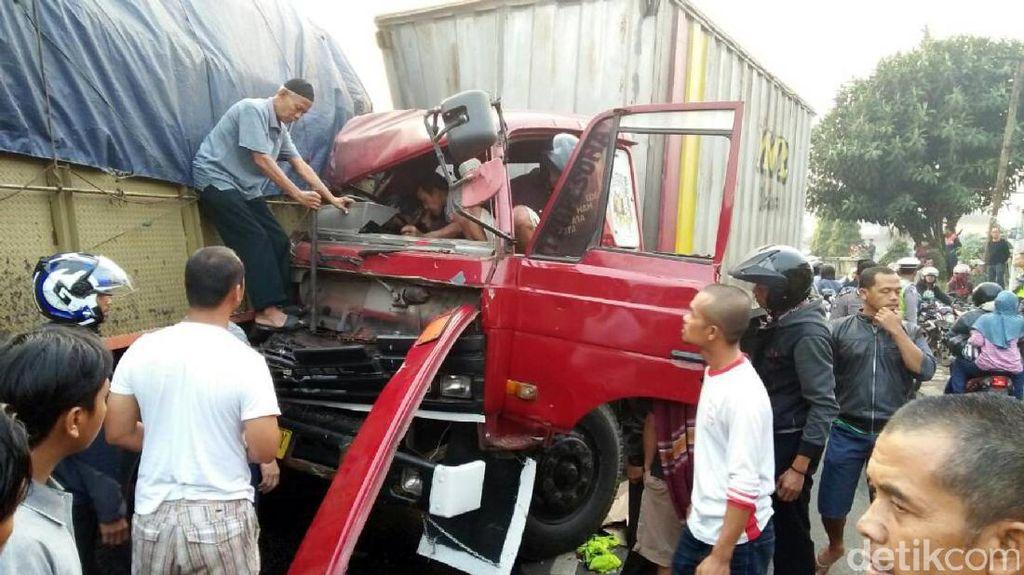Kecelakaan Beruntun di Jalan Sukabumi-Bogor, Sopir Truk Terjepit