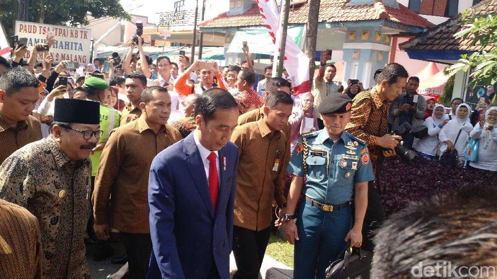 Jokowi Bagikan 1.000 KIP ke Anak-anak Malang