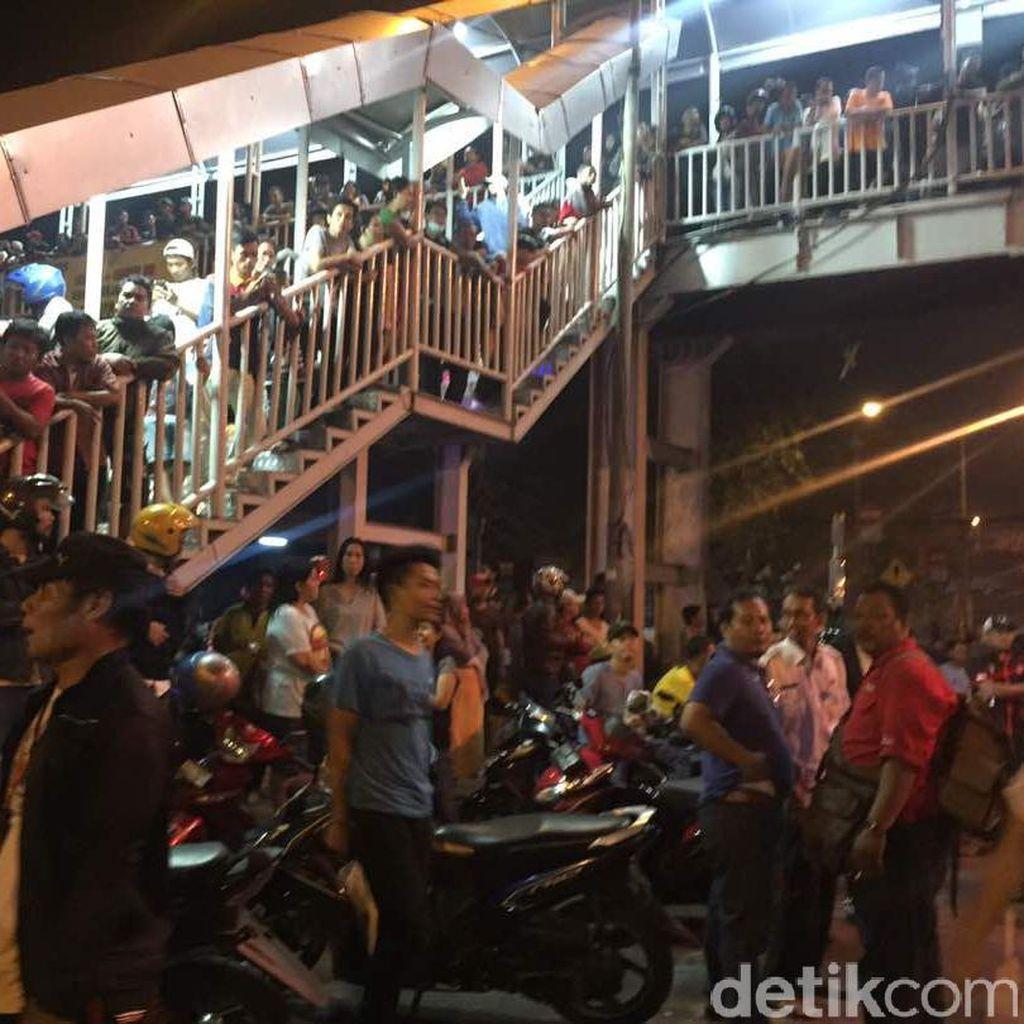 Warga Penuhi JPO Dekat Ledakan Bom Kampung Melayu