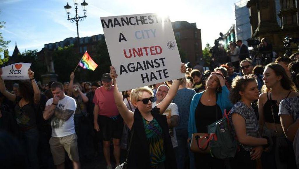 Ketika Ledakan di Manchester Menyatukan MU dan City
