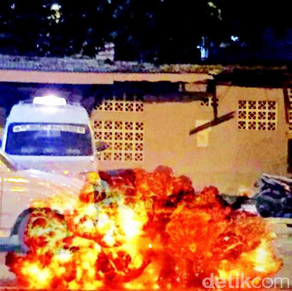 Ledakan di Terminal Kampung Melayu, Kaca Halte Transj Pecah