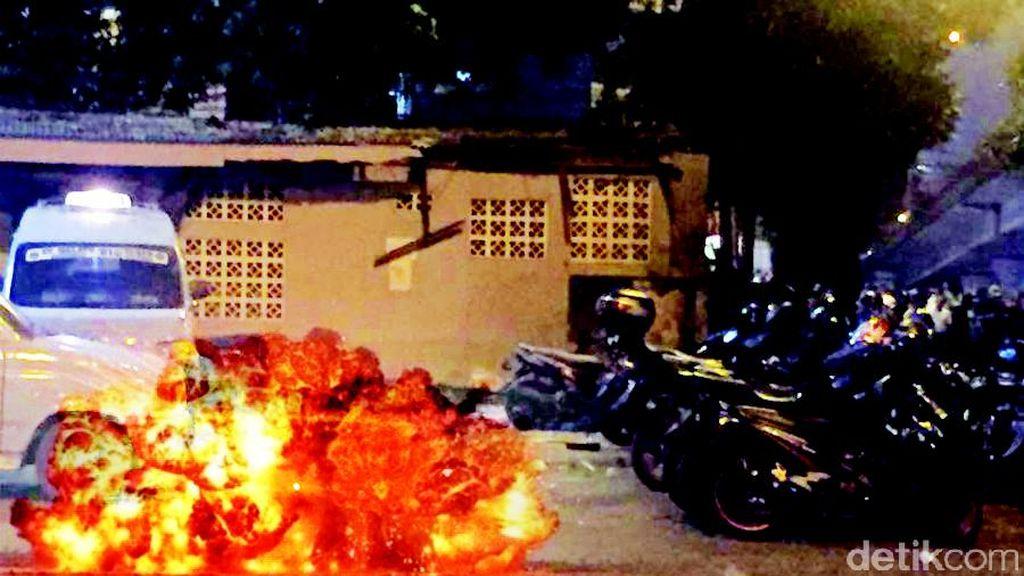 Foto 3 Korban Tergeletak di Dekat Sumber Bom Kampung Melayu