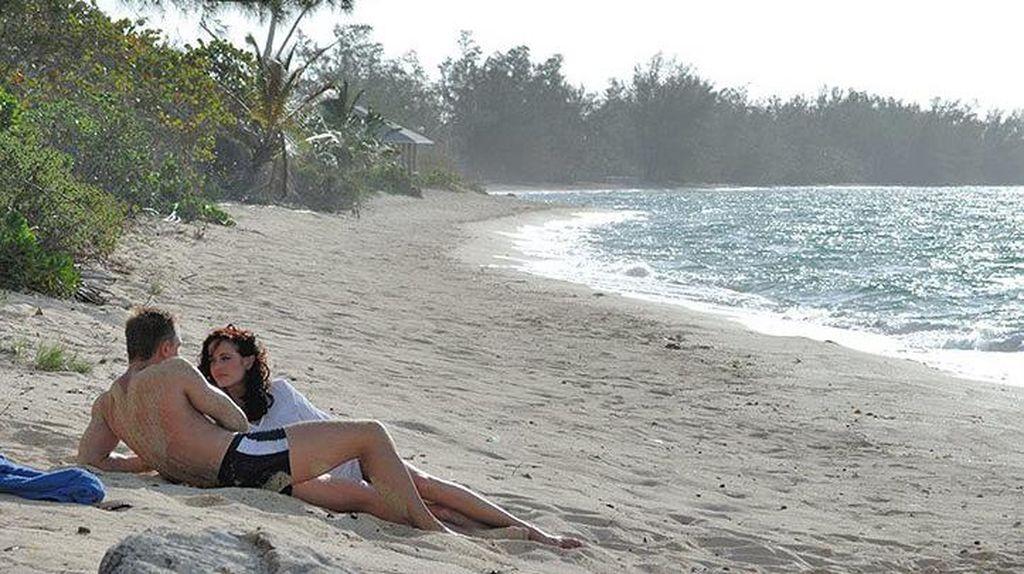 Cewek-Cewek Seksi James Bond Ada di 5 Pantai Ini