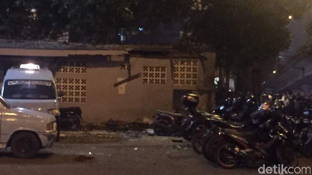 Toilet yang Diduga Sumber Ledakan di Kampung Melayu Roboh