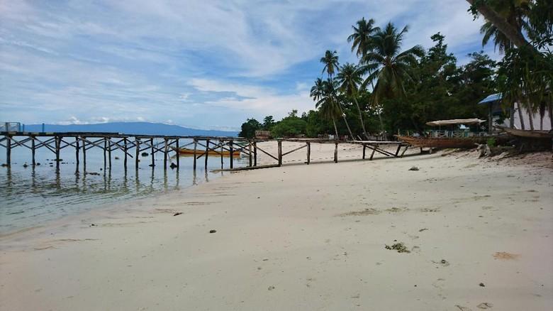 Pantai pasir putih Sauwandarek yang perawan (Masaul/detikTravel)