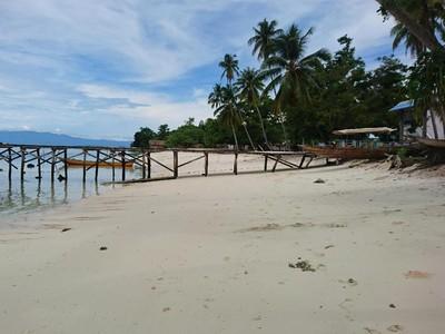 Leyeh-leyeh di Pantai Pasir Putihnya Raja Ampat