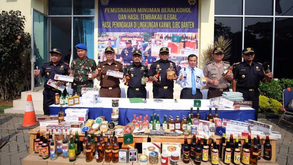 Puluhan Ribu Botol Miras dan Rokok Ilegal di Banten Dimusnahkan