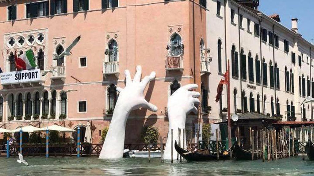 Ada Sepasang Tangan Raksasa di Kanal Venesia, Italia