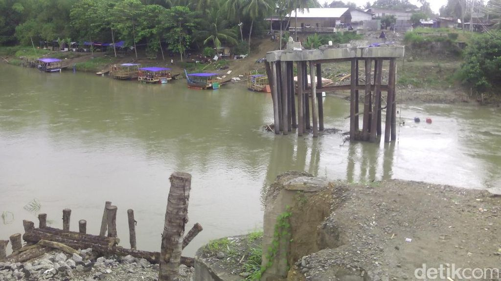 Jembatan Putus, Warga Aceh Gunakan Perahu untuk Seberangi Sungai