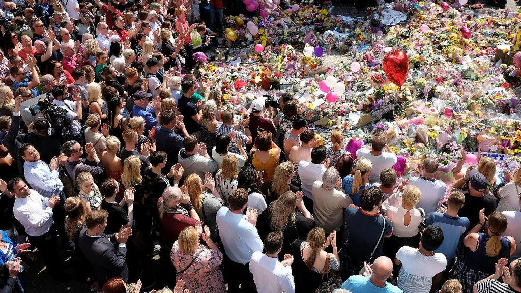 Hormati Korban Bom Manchester, Inggris Serentak Hening Semenit