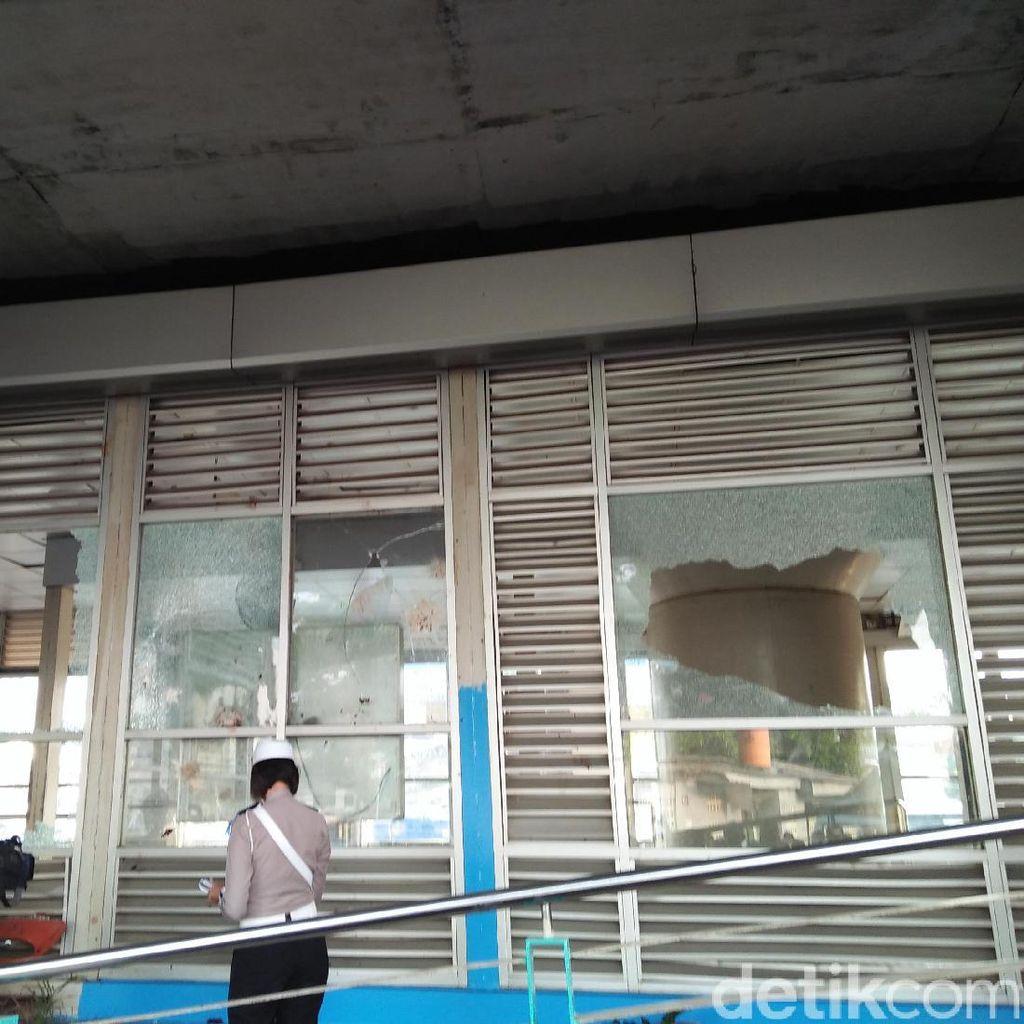 Kampung Melayu Pagi Ini, Kaca Pecah dan Serpihan Tontonan Warga