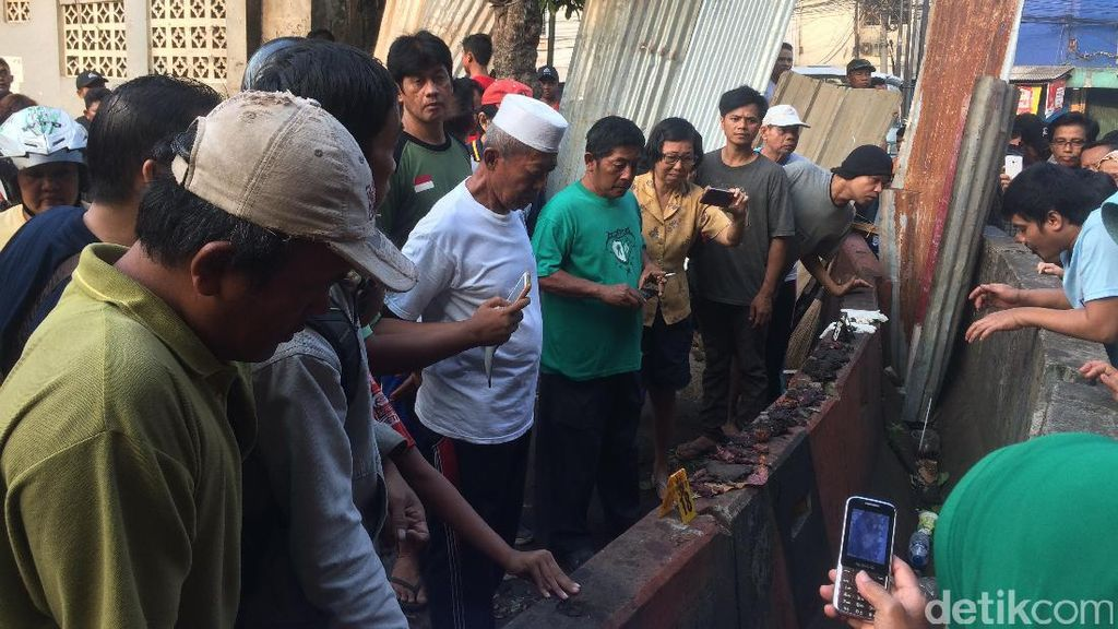 TKP Bom Kampung Melayu Masih Digaris Polisi, Warga Berkerumun