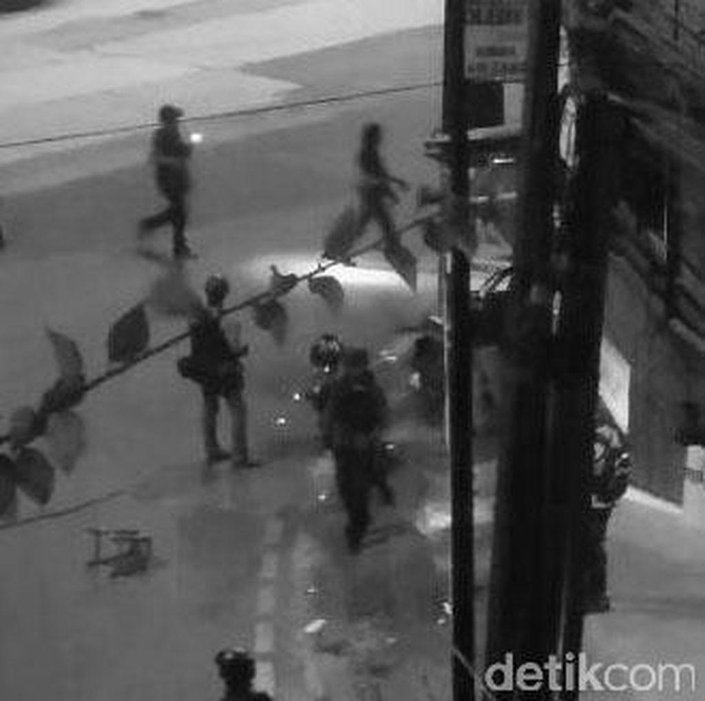Darah Berceceran di Jalan Otista Dekat Lokasi Bom Kampung Melayu