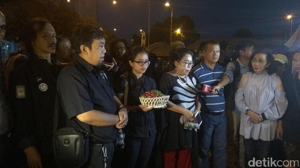 Warga Tabur Bunga dan Doa Bersama di Lokasi Bom Kampung Melayu
