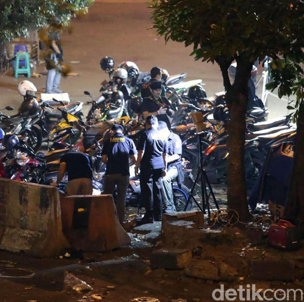 Polisi Pindahkan Sepeda Motor yang Terparkir di Lokasi Ledakan