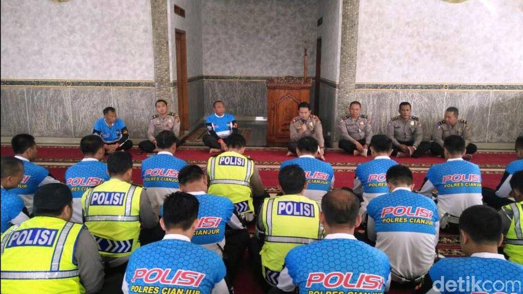 Polisi Cianjur Gelar Salat Ghaib untuk Korban Bom Kampung Melayu