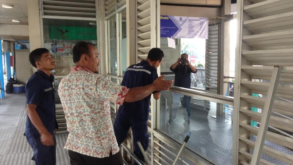 Halte TransJ Kampung Melayu Dibersihkan dari Sisa-sisa Bom