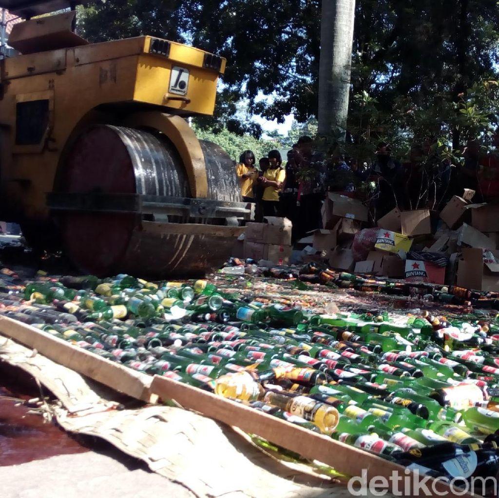 Ribuan Botol Miras Dimusnahkan di Kantor Pemkab Garut