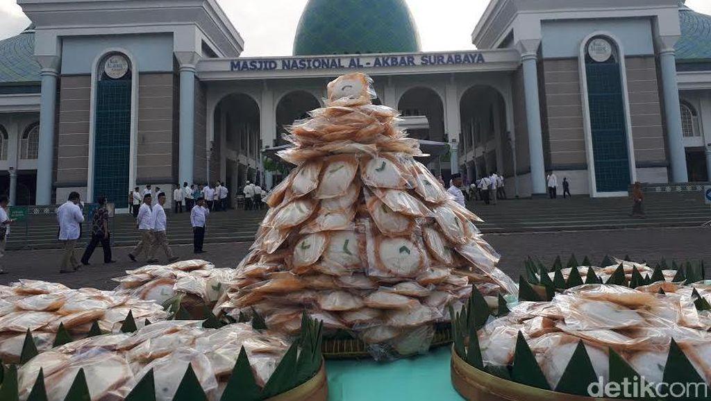 Masjid Al Akbar Surabaya Bagikan 1.438 Kue Apem Jelang Ramadan