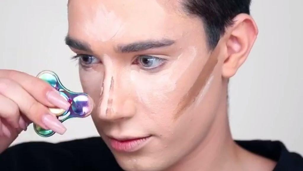 Beauty Blogger Pakai Fidget Spinner Sebagai Alat Makeup Jadi Viral