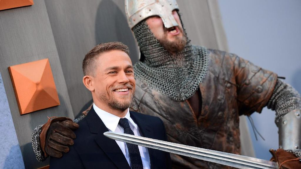 Jawaban Charlie Hunnam Soal Jadi The Next James Bond
