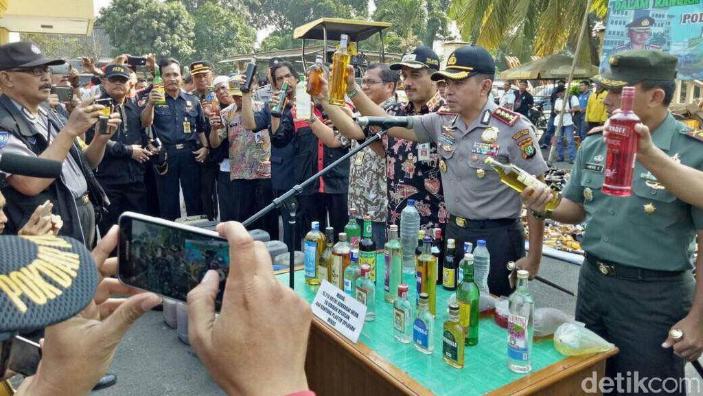 Polisi Musnahkan Belasan Ribu Botol Miras