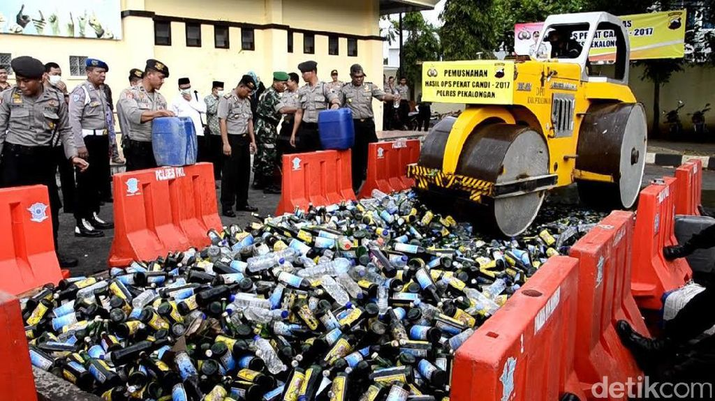 Jelang Ramadhan, Polisi Pantura Ramai-Ramai Musnahkan Miras