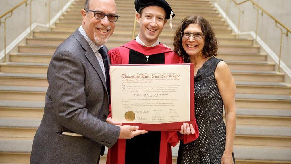 Senyum Bahagia Zuckerberg, Akhirnya Jadi Sarjana