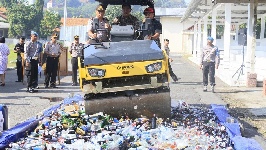 Ribuan Botol Miras Digilas di Semarang Jelang Ramadan