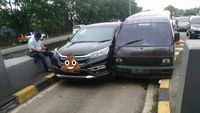 2 Mobil Pepet-pepetan di Pintu Tol