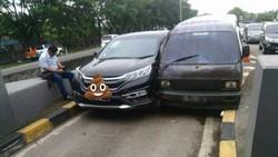 Ini Penyebab 2 Mobil Pepet-pepetan di Pintu Tol