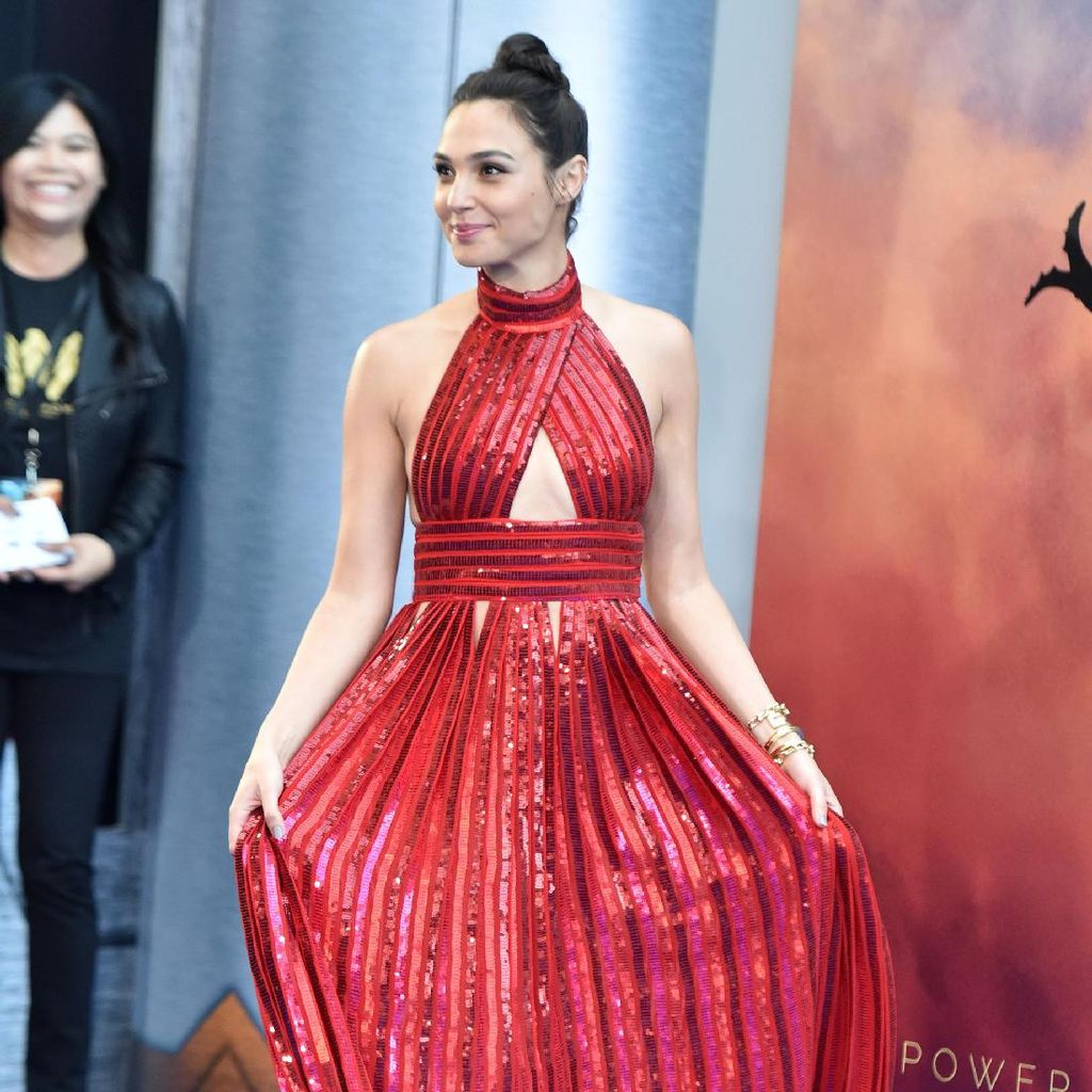 <i>So Hot</i>! Seksinya Gal Gadot dalam Dress Merah