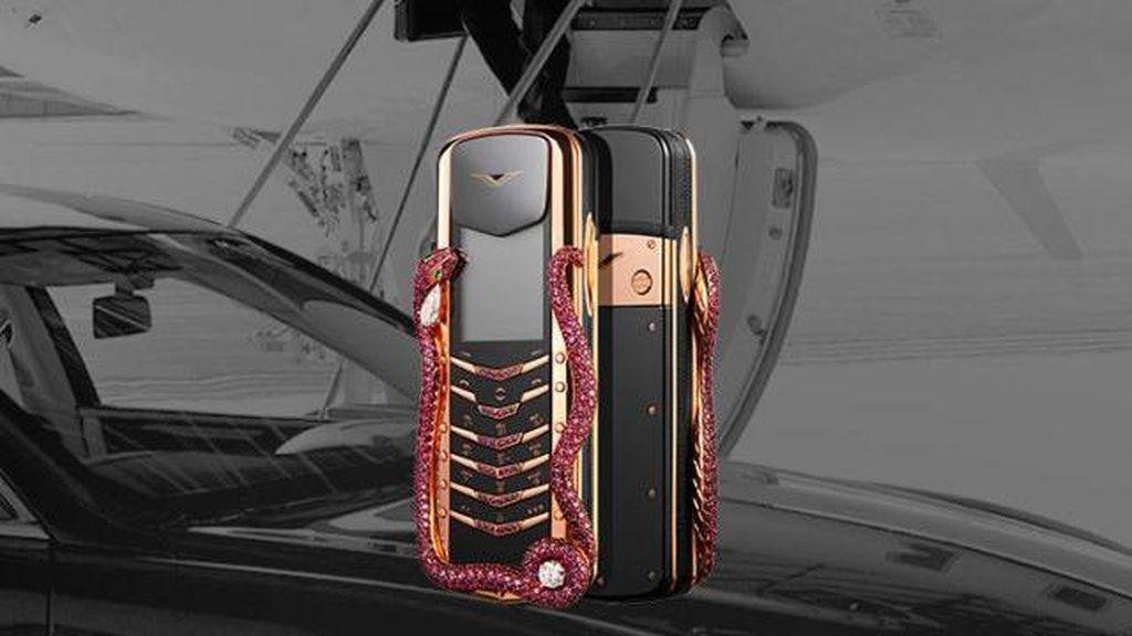 Ponsel Ini Harganya Rp 4,7 Miliar dan Diantar Pakai Helikopter