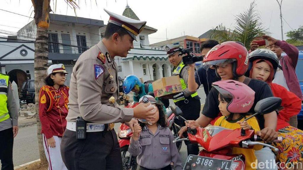 Hari Pertama Ramadan, Polisi di Cianjur Bagi-bagi Takjil