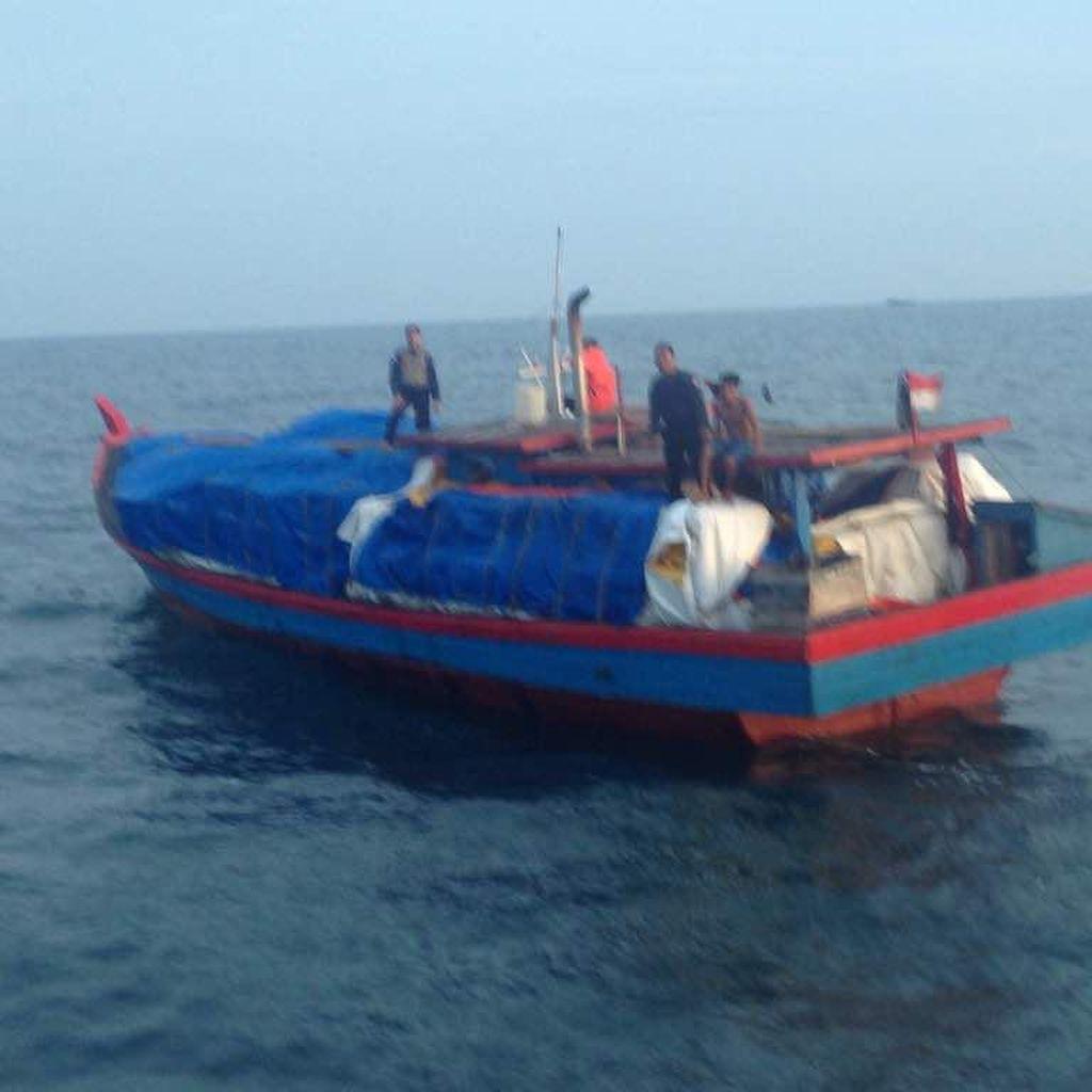 Bea-Cukai Tangkap 2 Kapal Penyelundup Pakaian Bekas dari Malaysia
