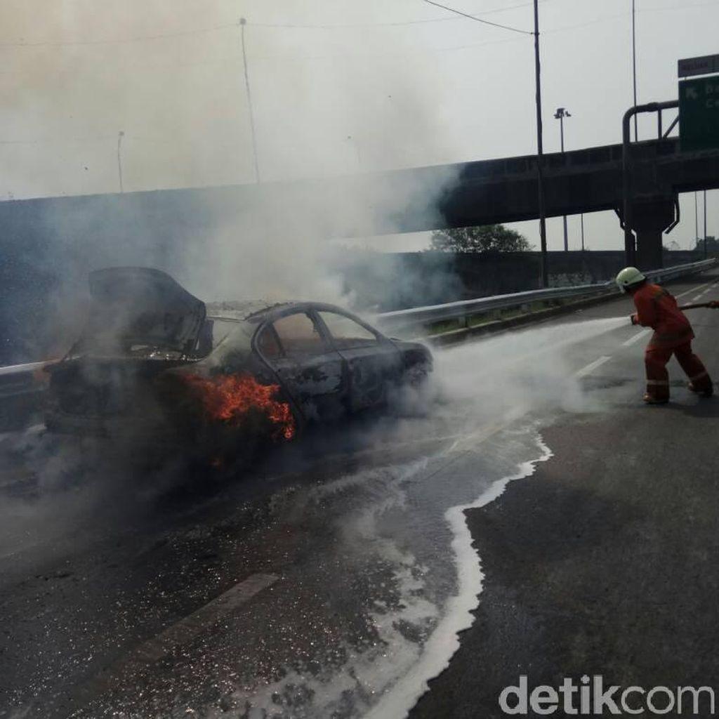 Mobil yang Terbakar di Tol JORR Karena Korsleting dari Aki