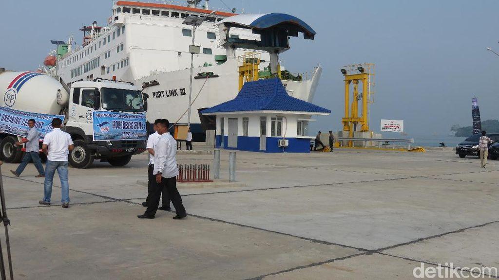 Ke Pelabuhan Merak, Rini dan Menhub Kompak Berkemeja Putih