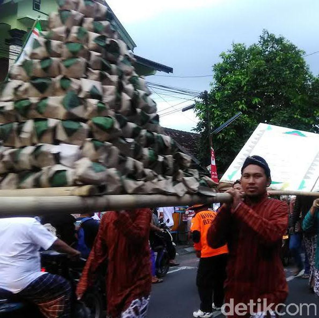 Kirab Gunungan Takjil Membuka Pasar Sore Ramadan di Nitikan Yogya