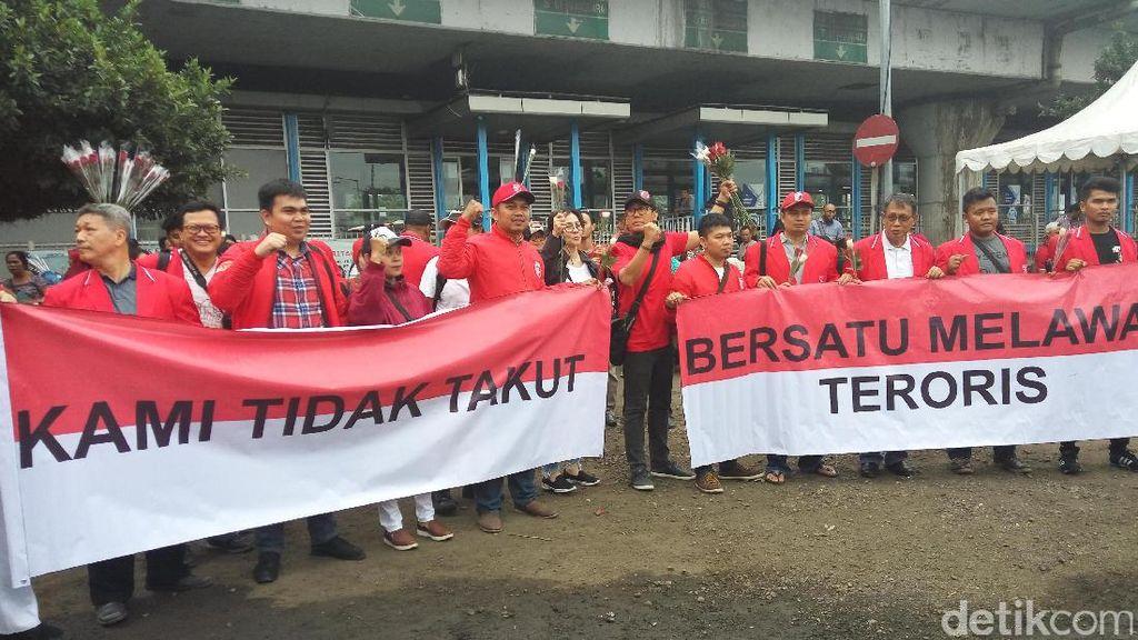 Kader PKPI Bagikan Bunga Mawar di Lokasi Bom Kampung Melayu