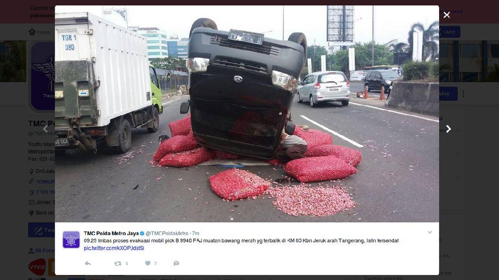 Mobil Bermuatan Bawang Merah Terguling di Tol Jakarta-Tangerang