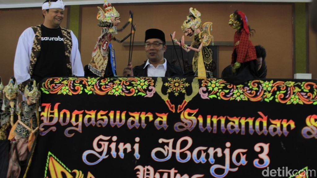 Berkunjung ke Kampung Seni Jelekong, Ridwan Kamil Jadi Dalang