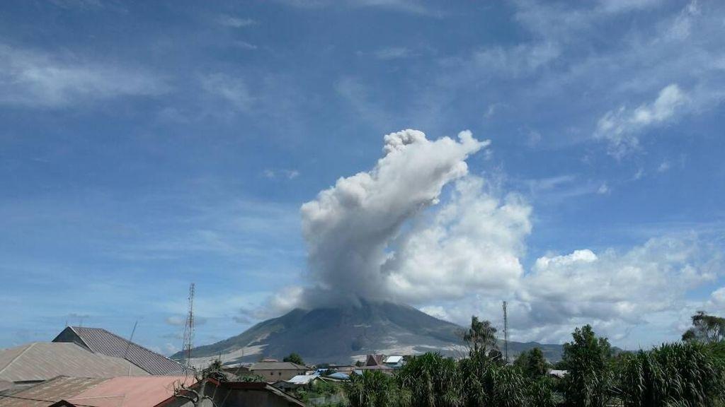 Kembali Erupsi, Gunung Sinabung Semburkan Abu Vulkanik