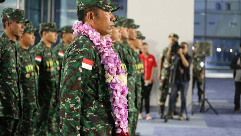 Disambut Kalungan Bunga, Tim AASAM TNI AD Mendarat di Indonesia