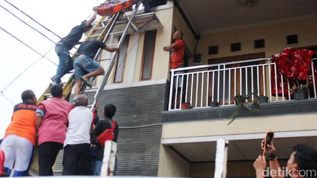 Dramatis, Evakuasi Kuli Bangunan yang Tersetrum Listrik di Cianjur