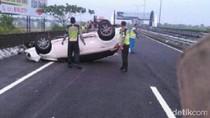 Diduga Ban Meletus, Toyota Yaris Terbalik di Tol Waru-Juanda
