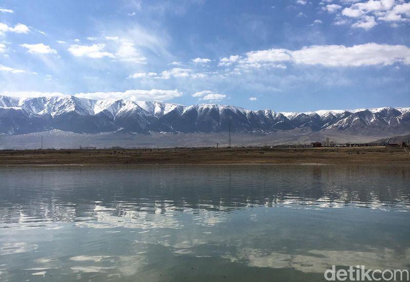 Danau Balikun ada di di balik pegunungan berselimut salju di wilayah otonomi Provinsi Xinjiang Uyghur, di wilayah paling barat Republik Rakyat China (Is Mujiarso/detikTravel)
