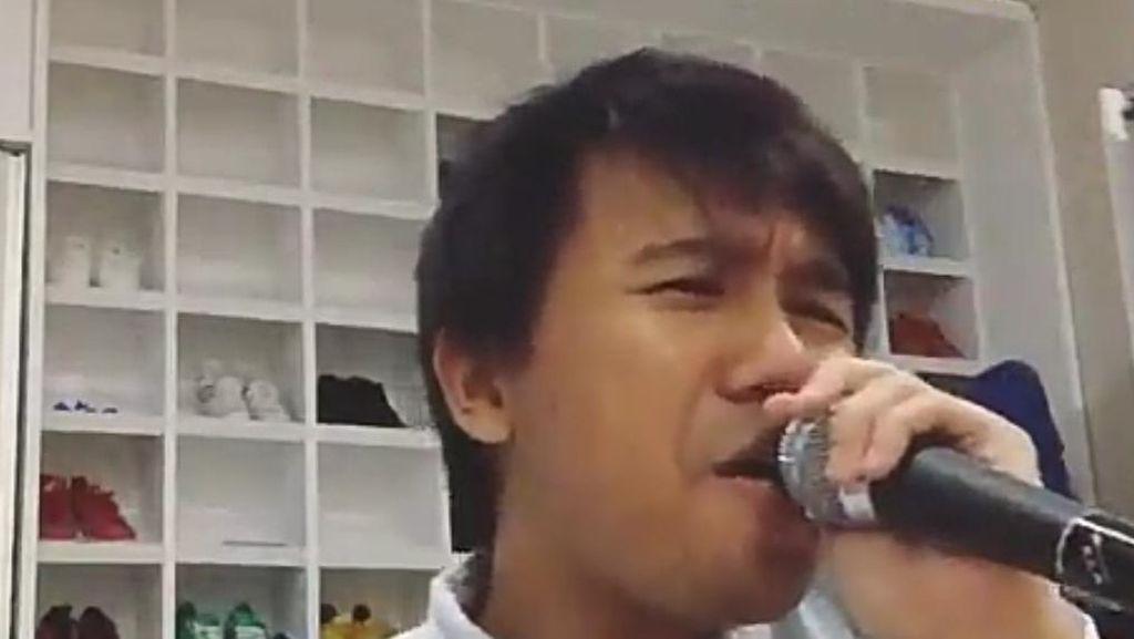 Pasca Marah Diminta Bernyanyi, Joshua Suherman Karaokean di Kamar Tidur