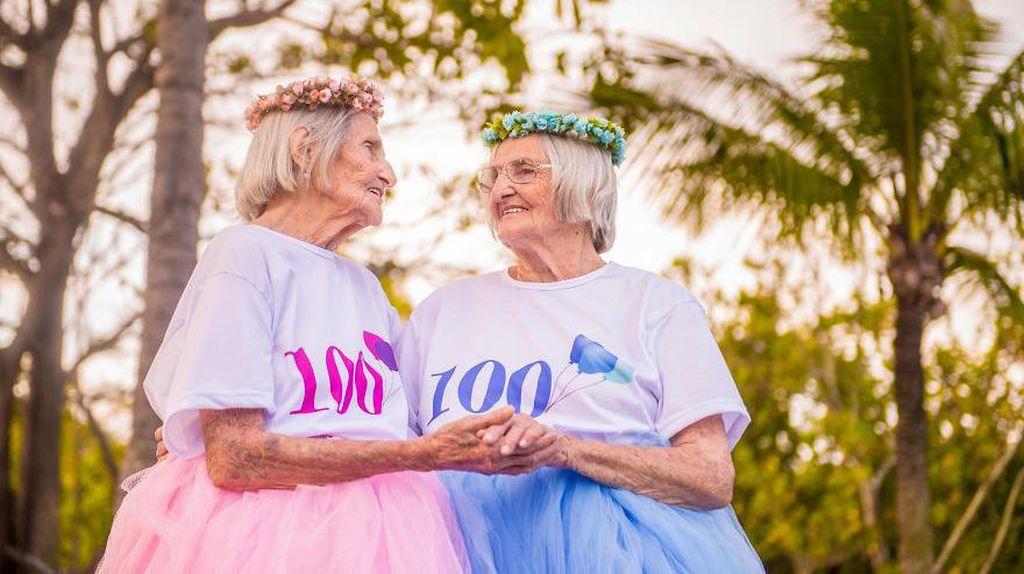 Nenek Kembar Rayakan Ulang Tahun Ke-100 Dengan Foto-Foto Menggemaskan