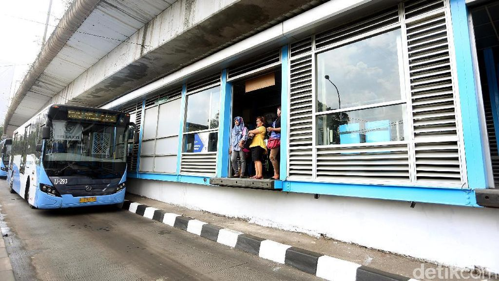 Kembali Dioperasikan, Halte TransJ Kampung Melayu Mulai Ramai
